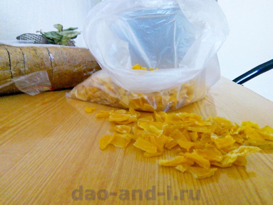 Золотистые тонкие кусочки сушёного картофеля