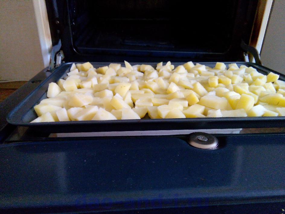 Сушим картофель разогретой до 100 градусов духовке