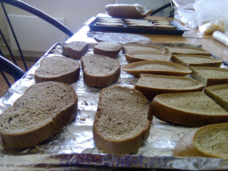 Раскладываем хлеб на противень