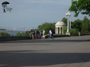 С велосипедами на набережной