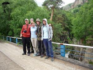 На старом мосту через горную реку