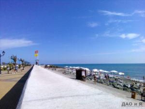 Берег и набережная в районе песчаного пляжа