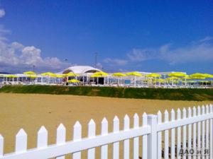 Бар на песчаном пляже в Адлере