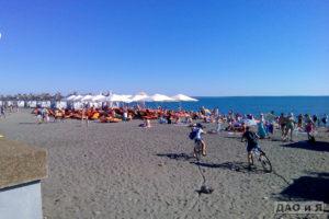 Общий вид на пляж Мандарин в Адлере