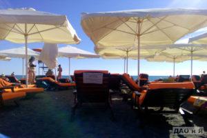 Лежаки на пляже Мандарин