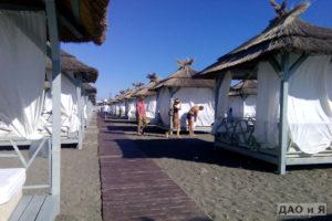 Дорожка между бунгало на пляже Мандарин