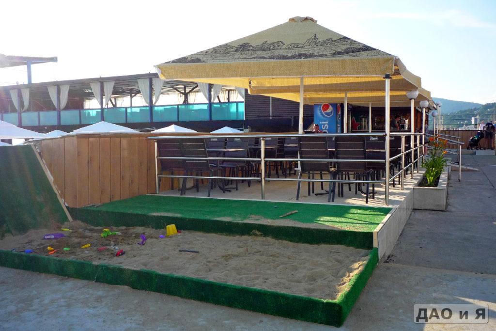 Песочница рядом с кафе на пляже Чкалова