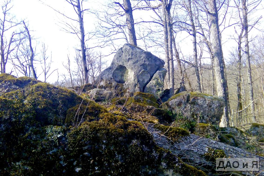 Необычный камень на вершине горы