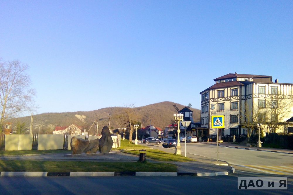 Каменная инсталляция и отель Мельница