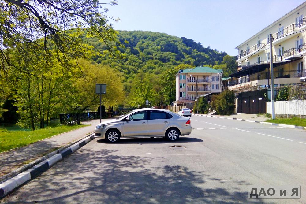 Отель Европа и его парковка у реки