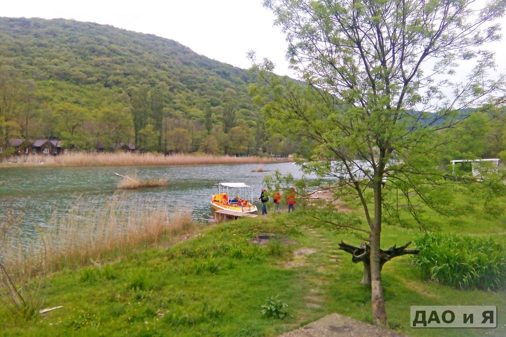 Прогулочная лодка на реке Вулан