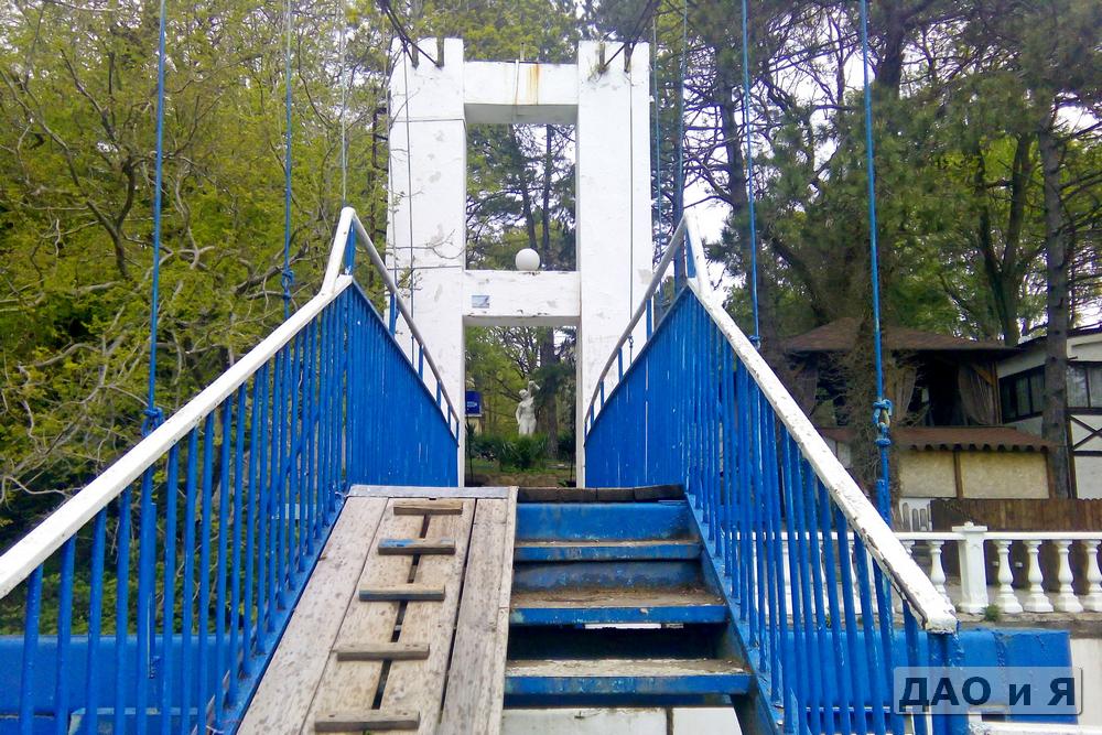 Вид на скульптуру с моста