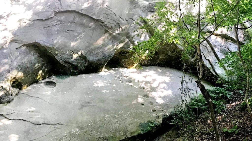 Следы в скале
